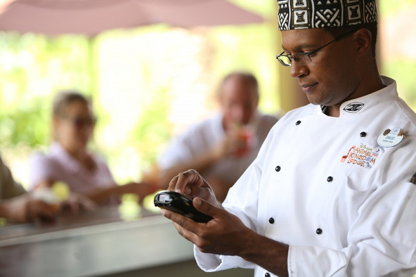 Chef David using a Sync device to synchronize in real-time data for food safety